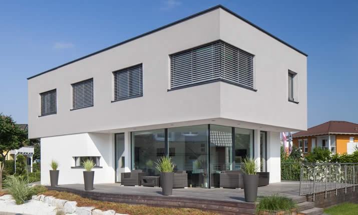 haus mit walmdach und garage simple dieses moderne haus wird durch ein hbsches walmdach. Black Bedroom Furniture Sets. Home Design Ideas